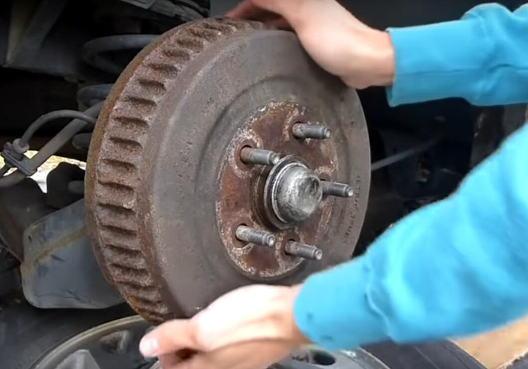 How to Inspect and Change Rear Drum Brakes in Ford Puma?